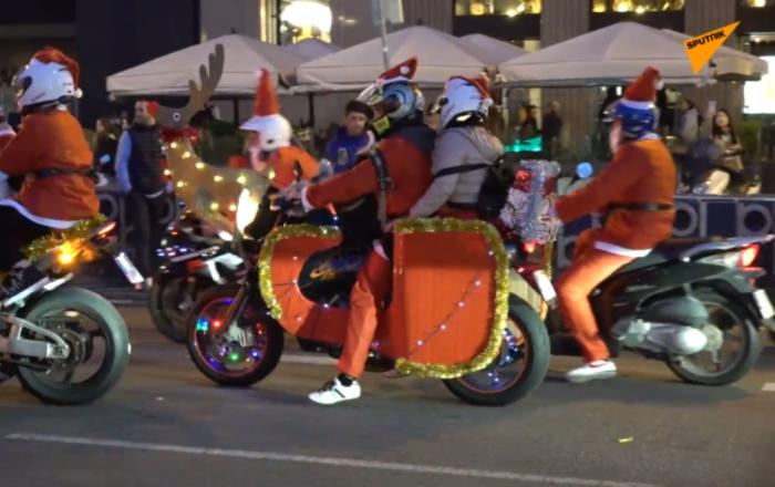 数千名骑摩托的圣诞老人现身巴塞罗那
